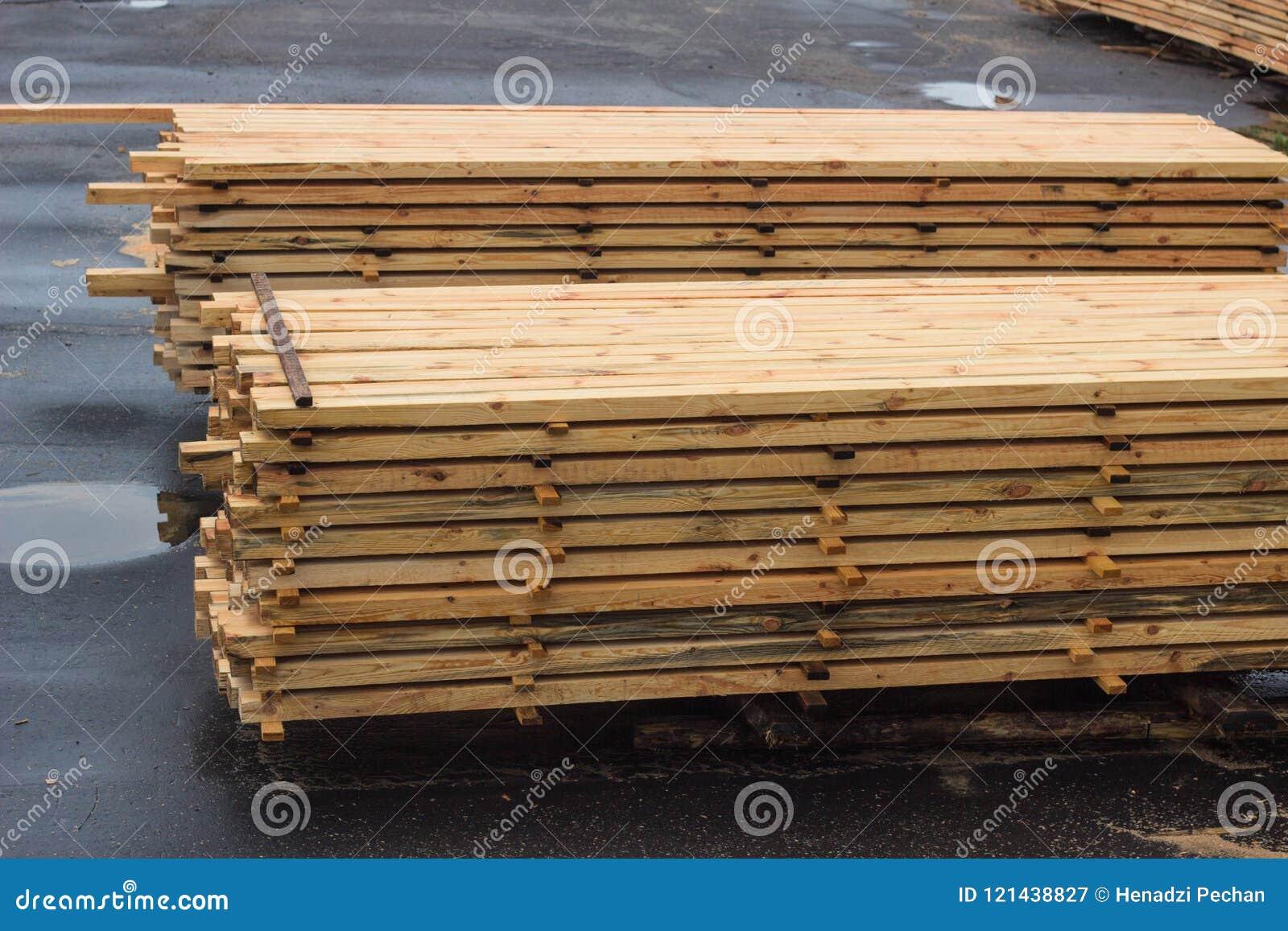 Stapels van houten raad in de zaagmolen, het planking
