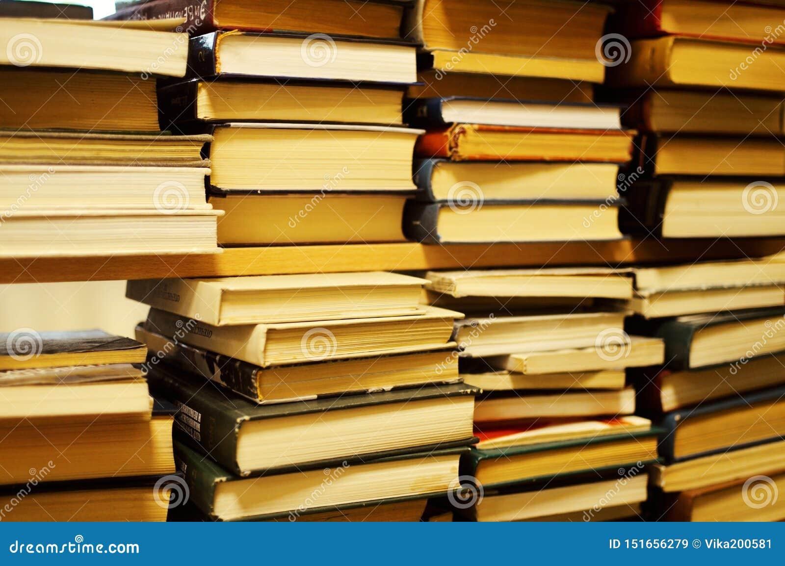 Stapels van oude boeken in bibliotheek