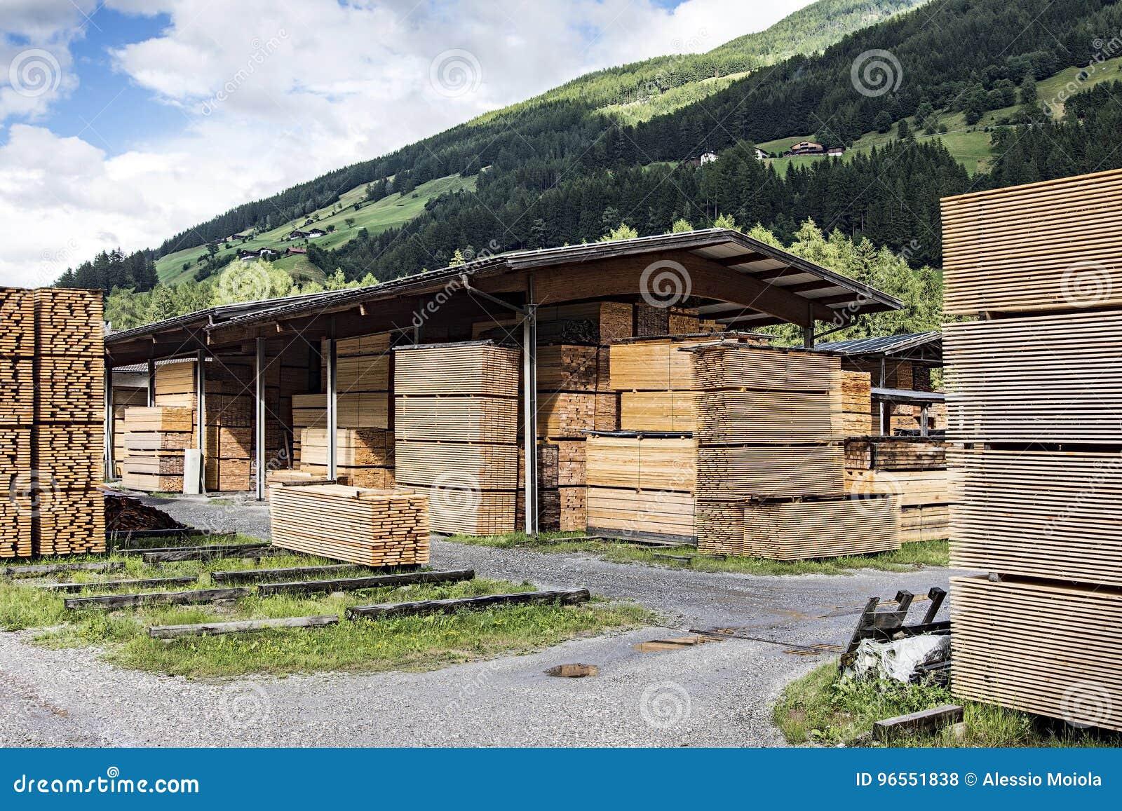 Stapels van timmerhout in een zaagmolen