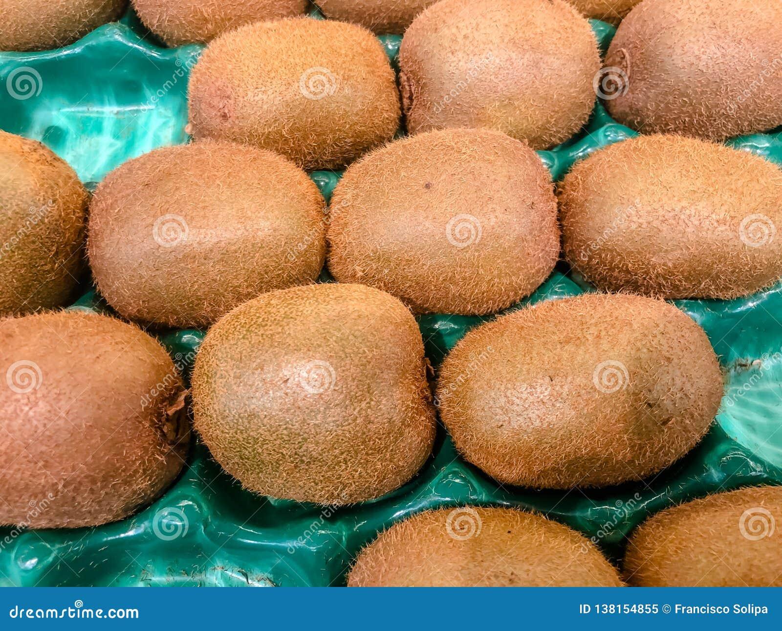 Staplad grupp av kiwifruits, kiwi eller kinesiskt krusbär, som är ett ätligt bär från Actinidiasläkte Detaljerad hårig textur av