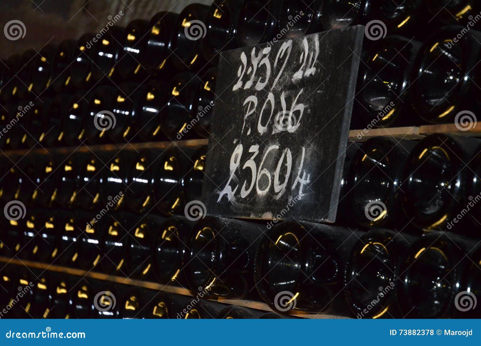 Staplade flaskor av champagne