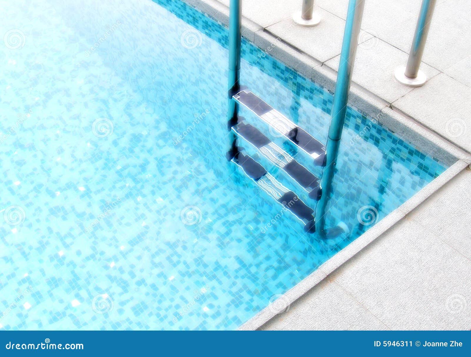Stappen in blauwe pool