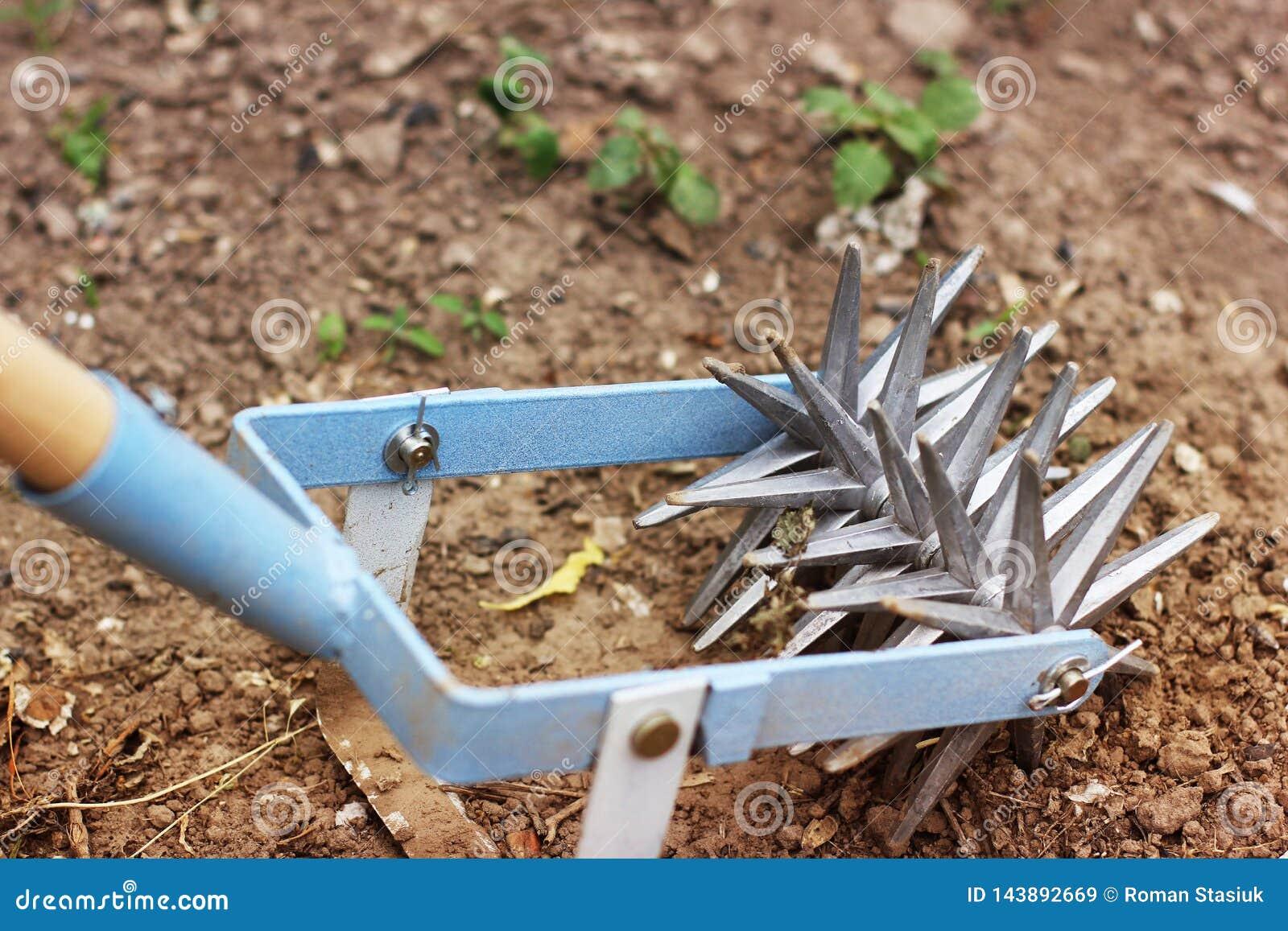 Star il coltivatore della mano per lavorare il suolo, diserbi il giardino