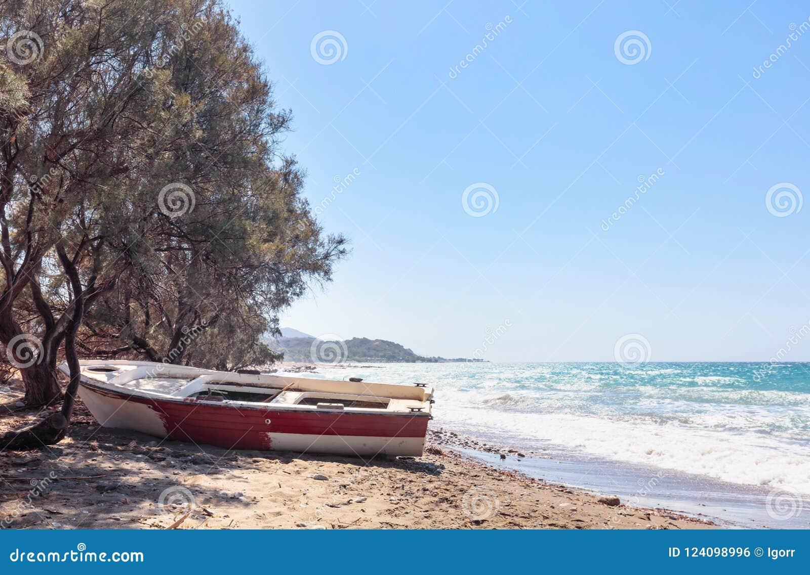Stara łódź rybacka na plaży morze śródziemnomorskie