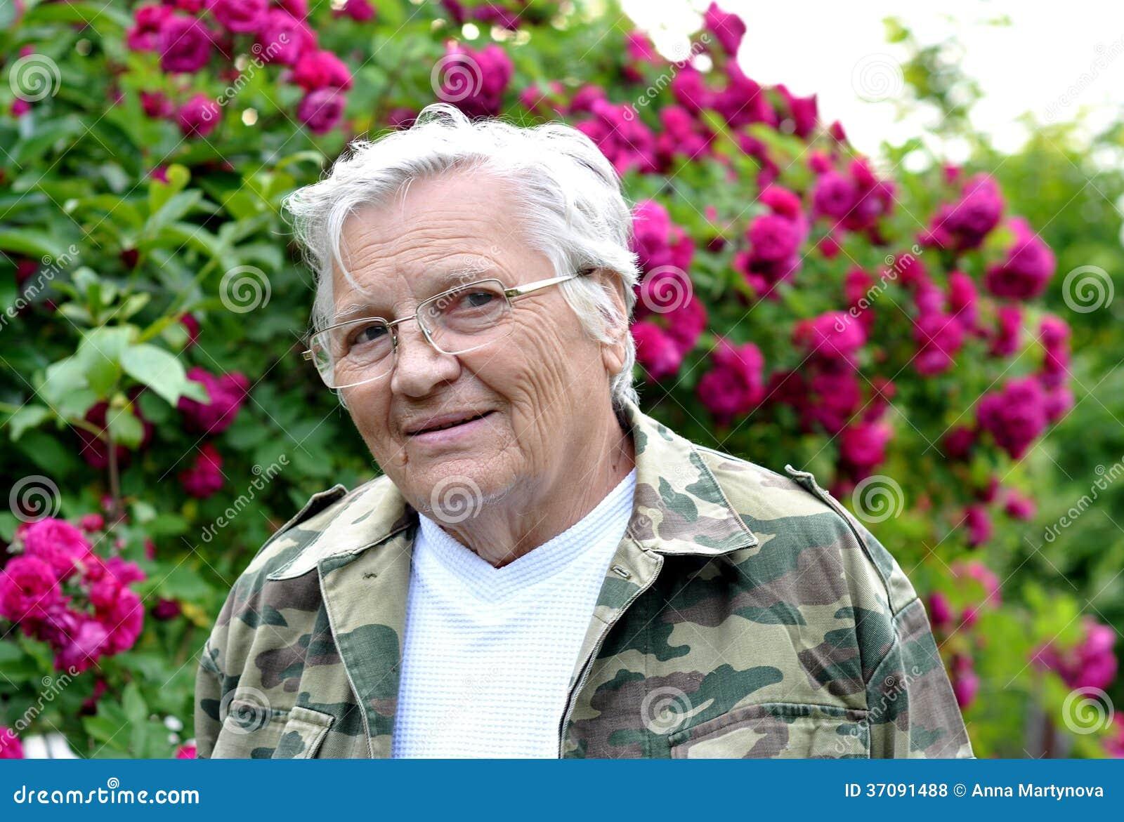 Download Stara żeńska Ogrodniczka Przy Róża Krzakiem Zdjęcie Stock - Obraz złożonej z femaleness, krzak: 37091488