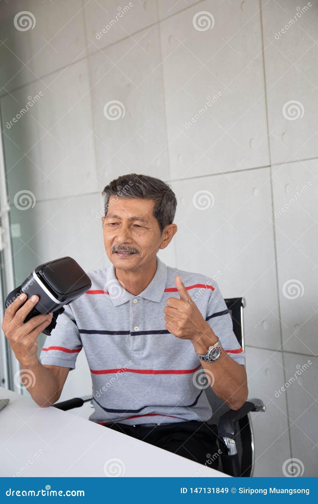 Stara Azjatycka m??czyzny interesu nowa technologia VR