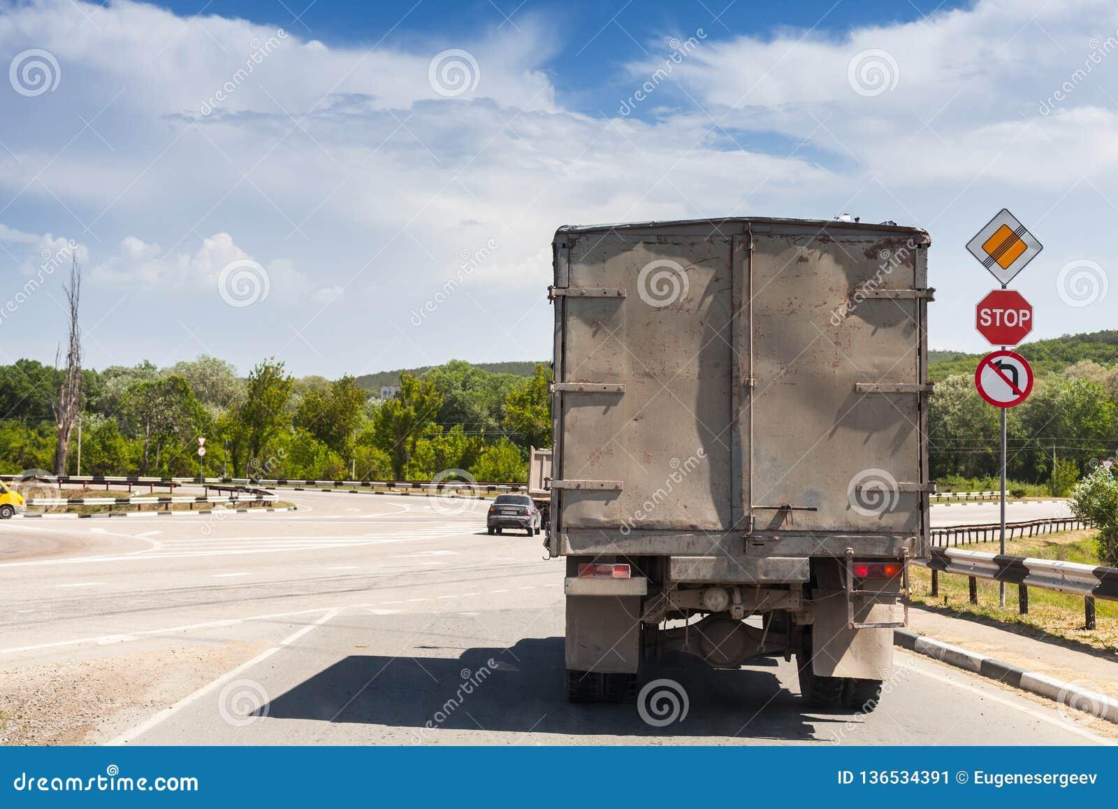 Stara brudna ciężarówka iść na wiejskiej drodze