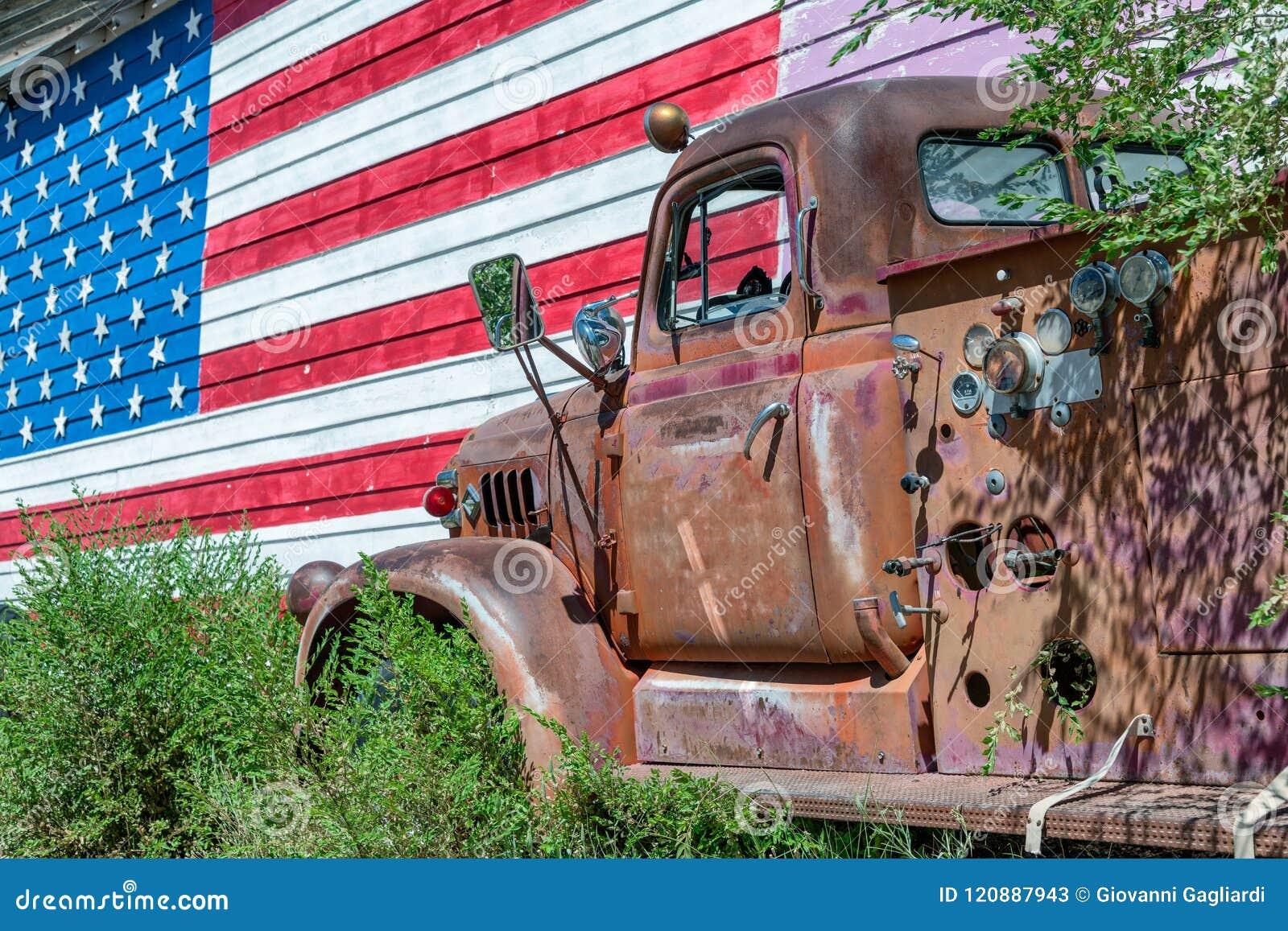 Stara ciężarówka i flaga amerykańska, symbol USA trasa 66