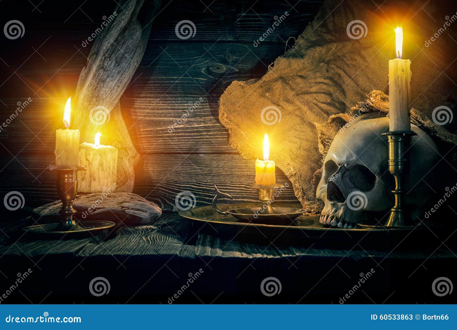 Stara czaszka i świeczki