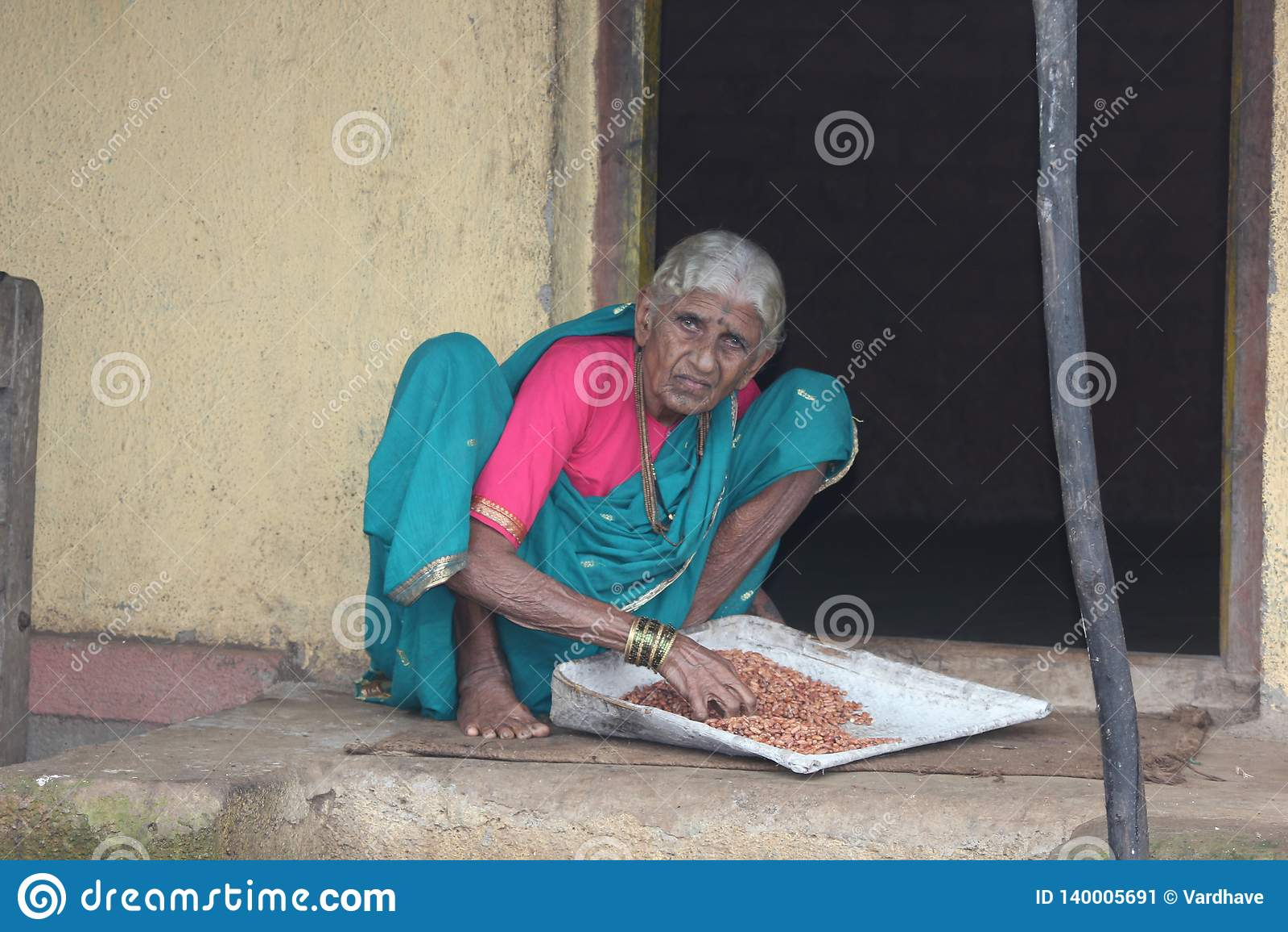 Stara dama od maharashtra indianina wioski