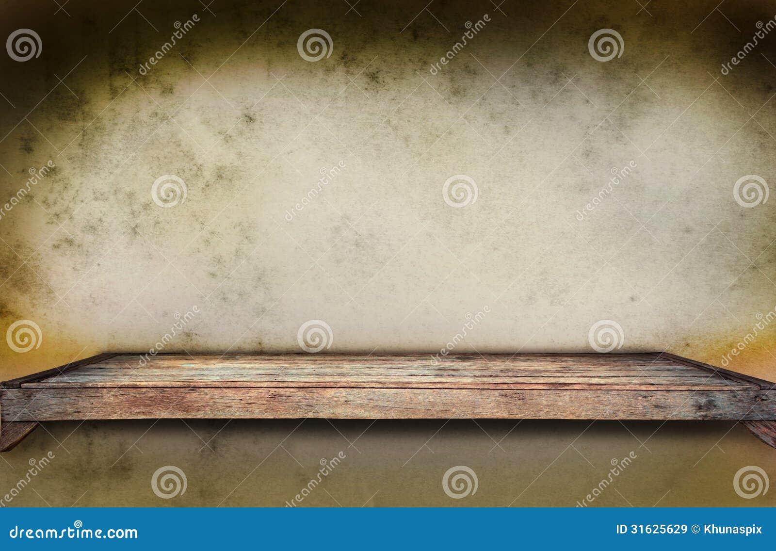 Stara drewniana półka na grungy ścianie