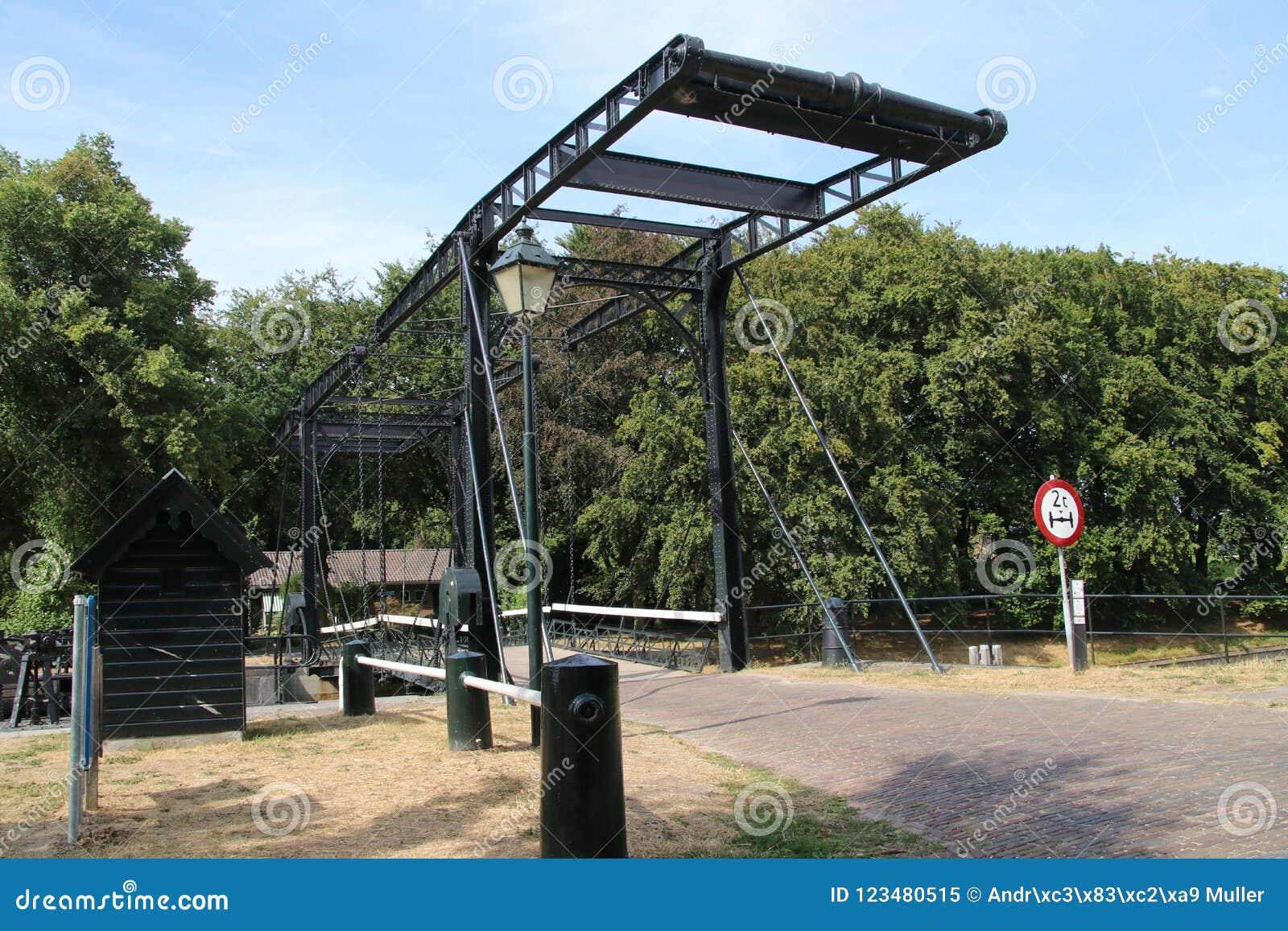 Stara dziejowa śluzy instalacja od rzecznego IJssel miasto Zwolle w holandiach, nowadays używać jako zabytek