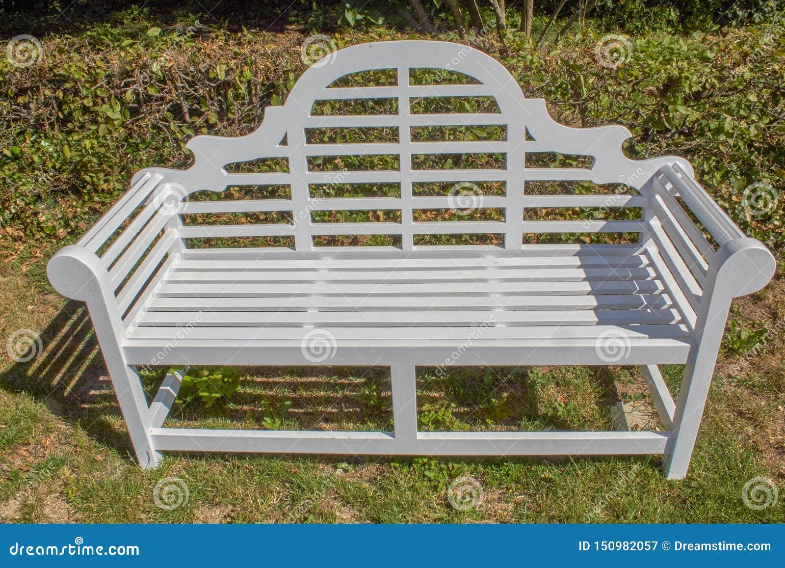 Stara elegancka parkowa ławka