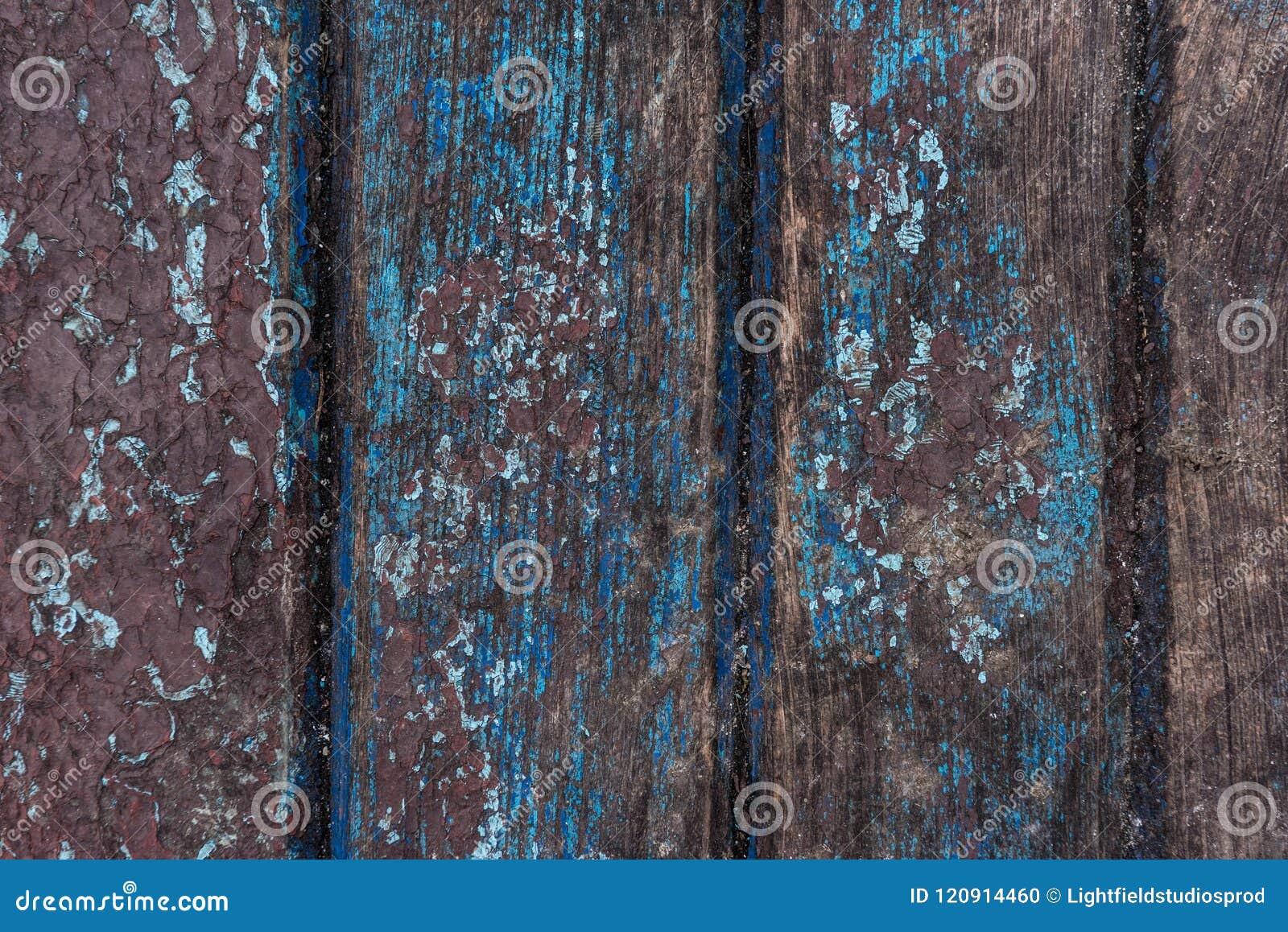 Stara farba pęka na drewnianym
