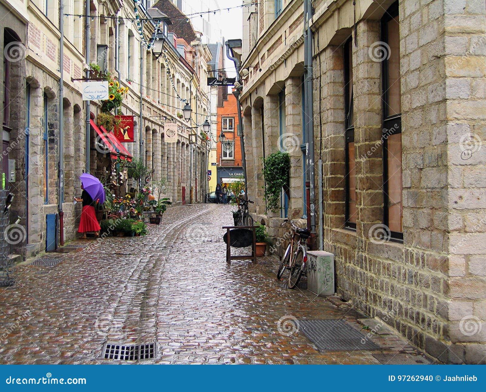 Stara Grodzka ulica w Lille na deszczowym dniu, Francja