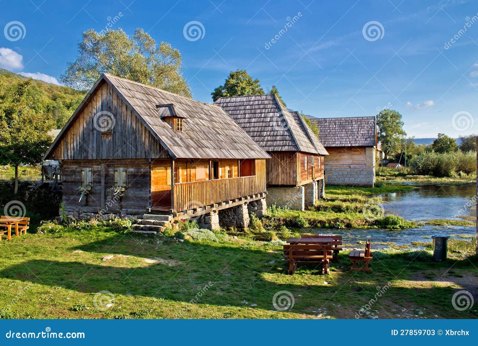 Stara historyczna wioska na Gacka rzeki źródle