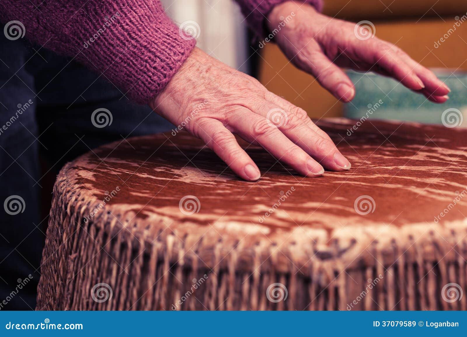 Download Stara Kobieta Bawić Się Bongo Bębeny Obraz Stock - Obraz złożonej z ręki, instrument: 37079589