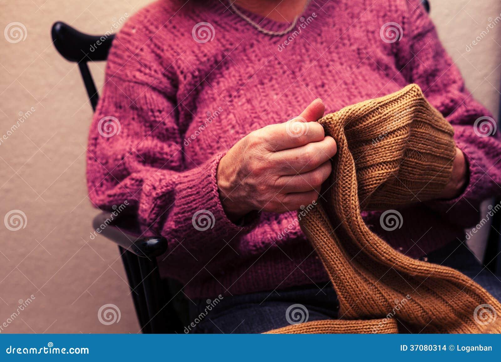 Download Stara Kobieta Naprawia Bluzę W Domu Zdjęcie Stock - Obraz złożonej z zbliżenie, igła: 37080314