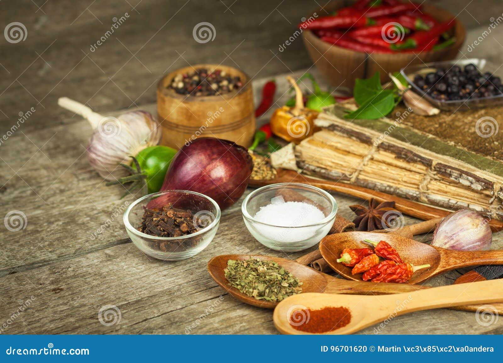 Stara książka cookery przepisy Kulinarny tło i przepis rezerwujemy z różnorodnymi pikantność na drewnianym stole