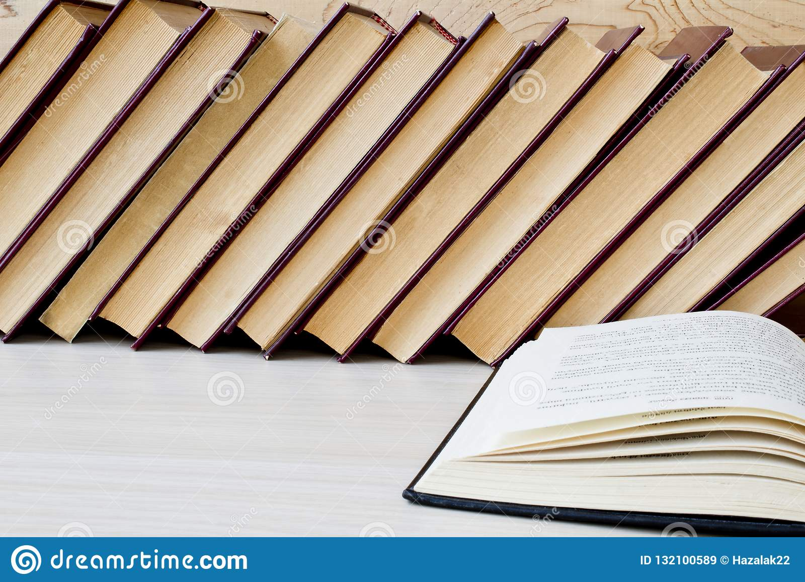 Stara książka i szkła na drewnianej półce