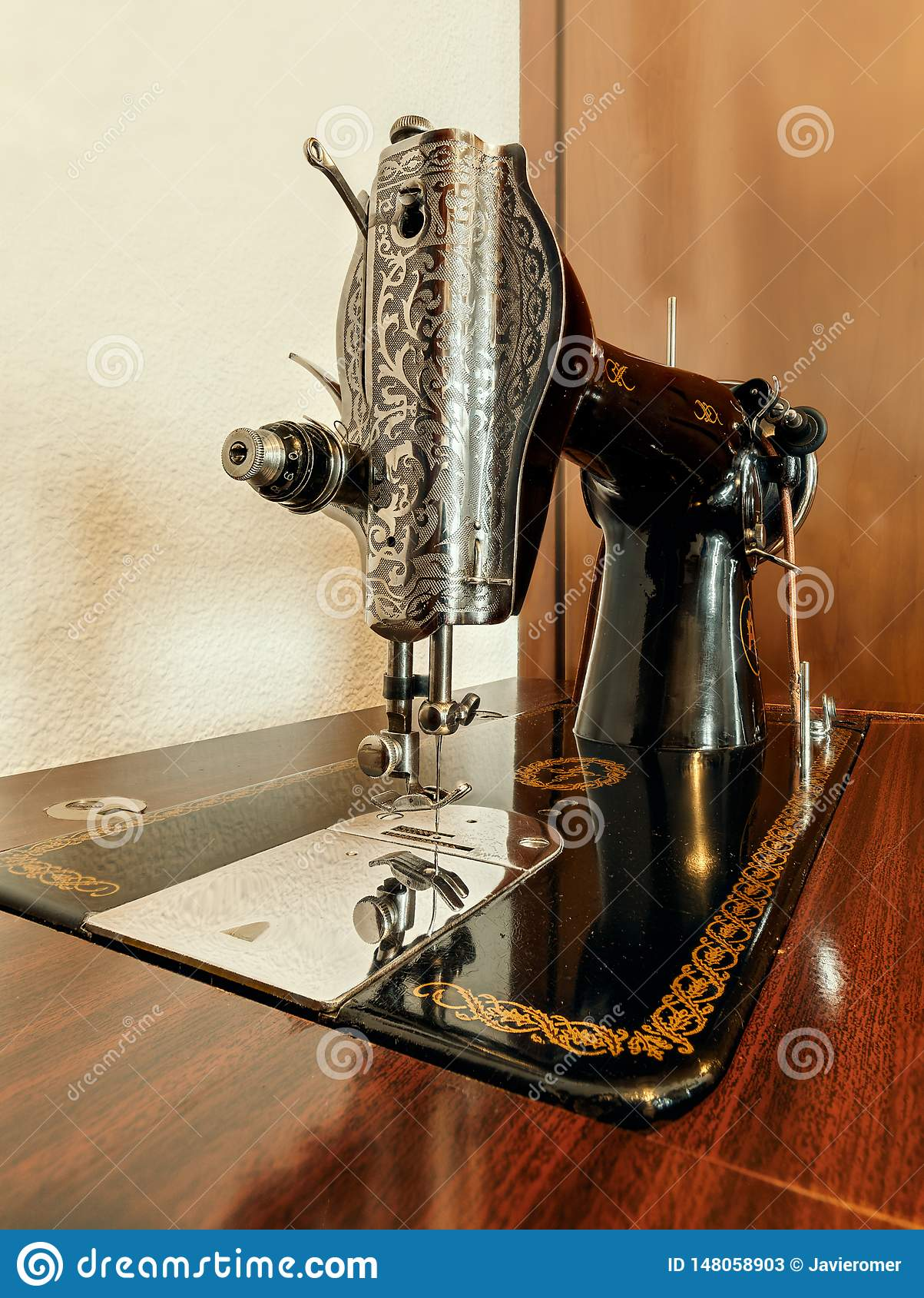 Stara maszyna na drewnianej powierzchni