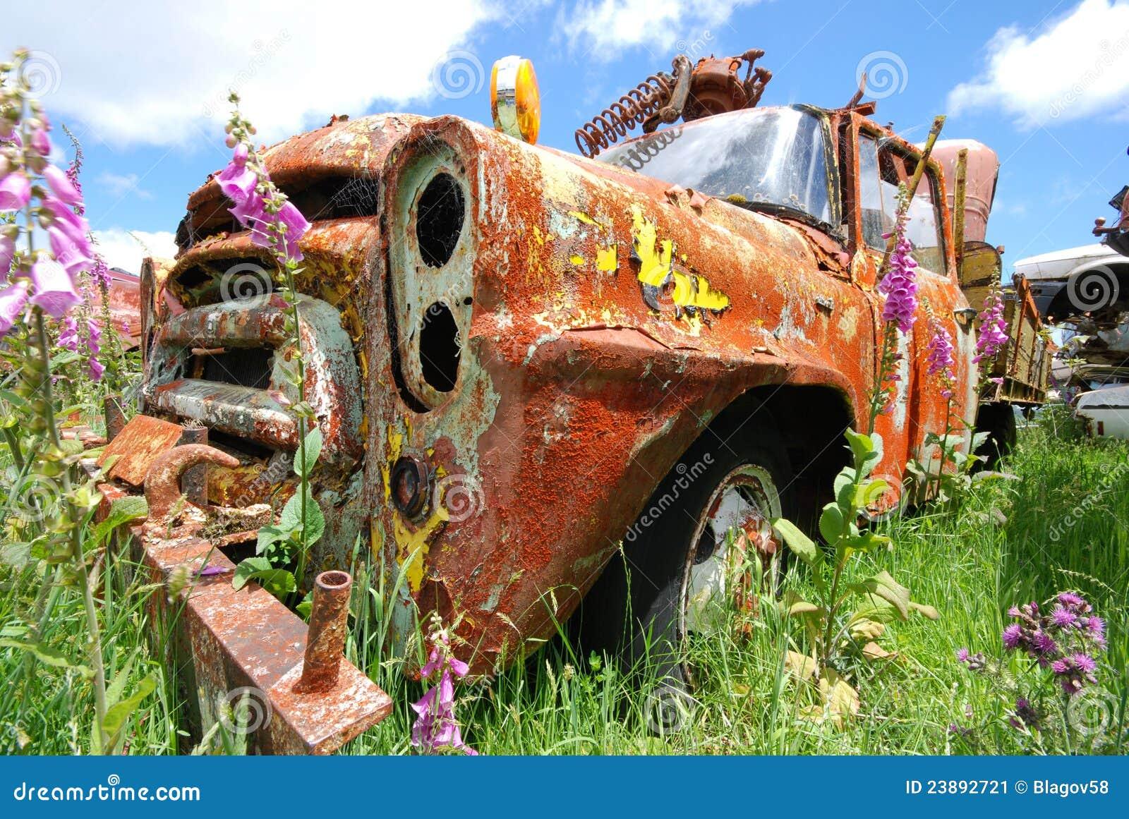 Stara ośniedziała ciężarówka