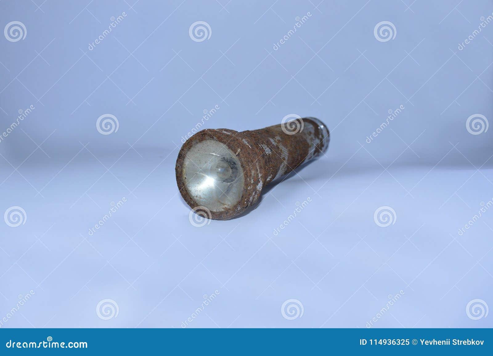 Stara ośniedziała latarka