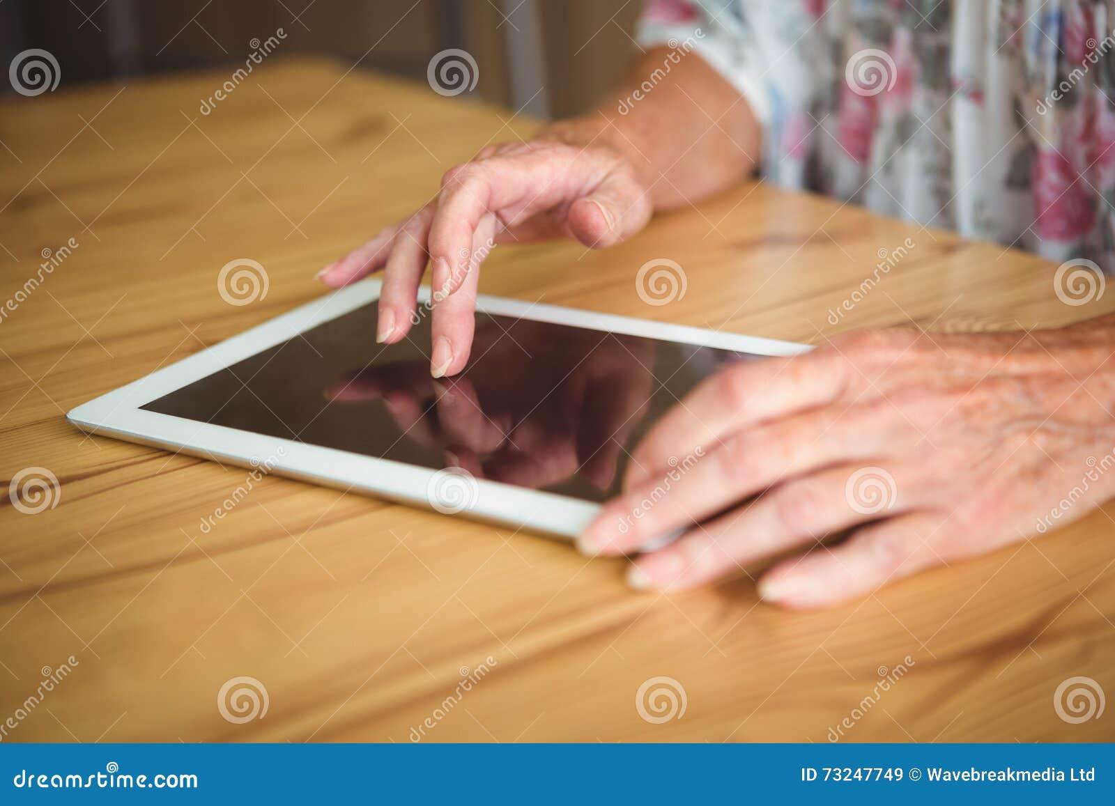 Stara osoba dotyka cyfrową pastylkę