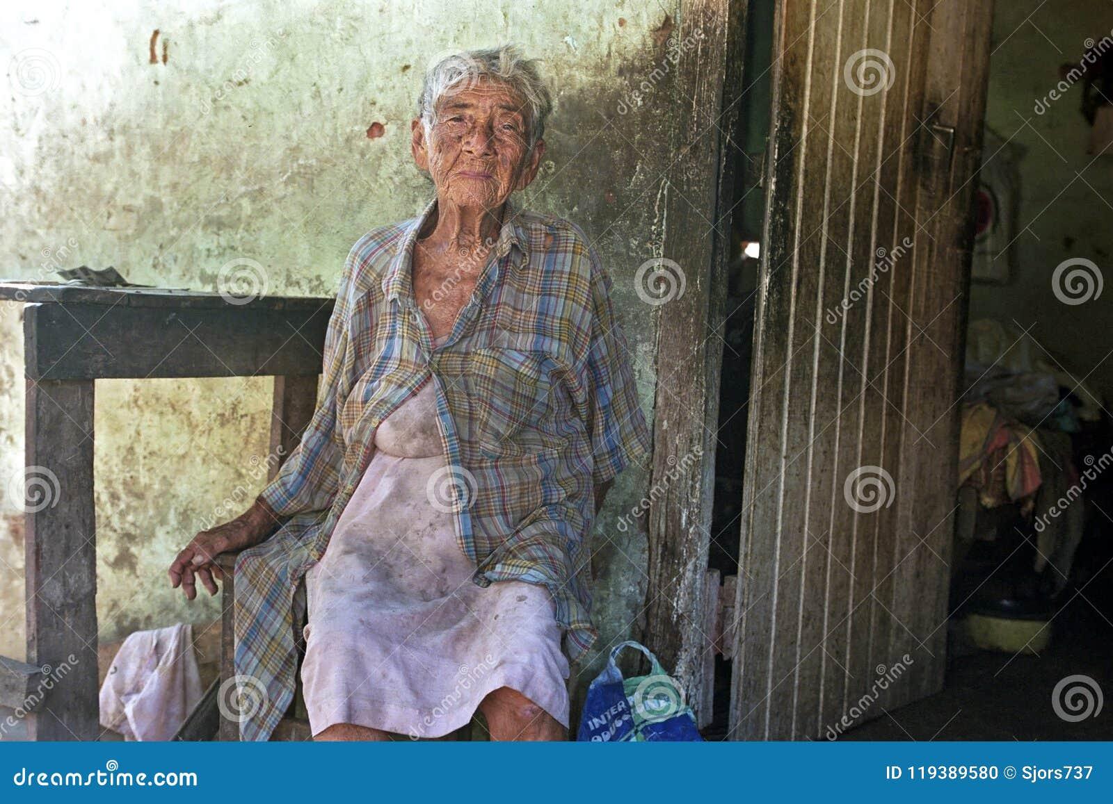 Stara Paragwajska kobieta żyje w wielkim ubóstwie