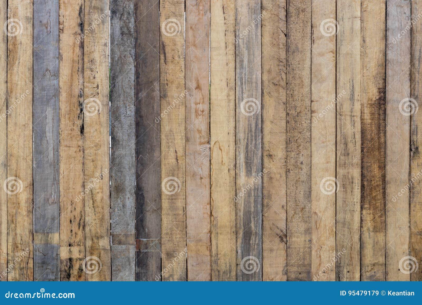 Stara pobrudzona drewniana ściana