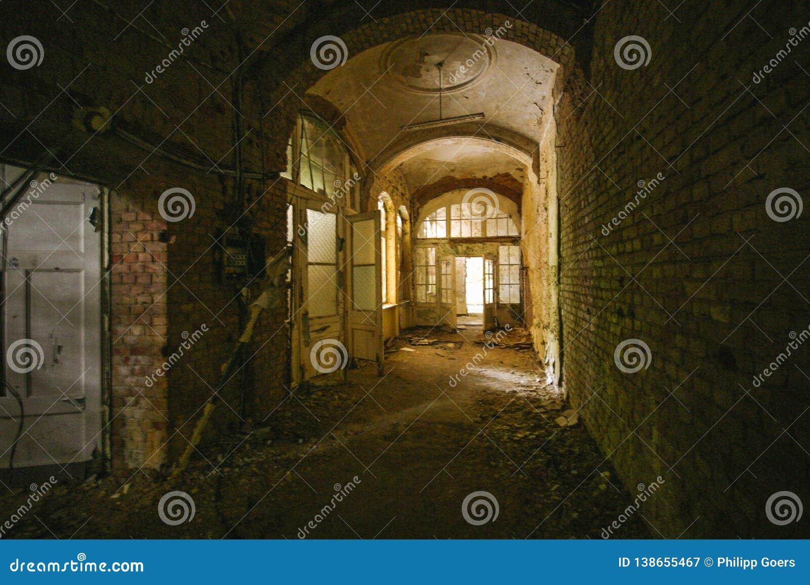Stara podłoga z otwarte drzwimi w zaniechani miejsca