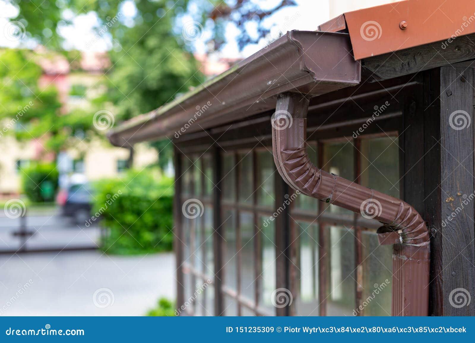 Stara rynna w oddzielnym domu Deszczówka drenaż od dachu
