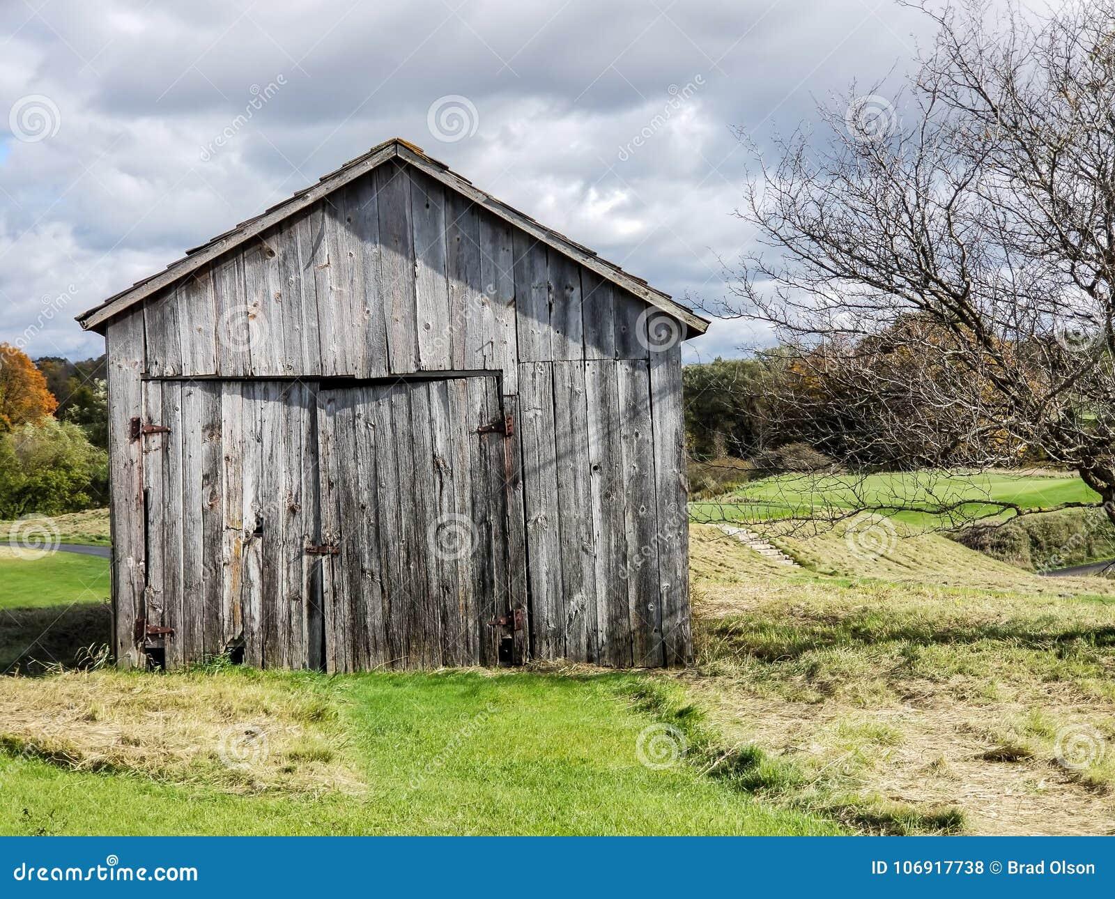 Stara stajni ir jata z wietrzejącym drewnem na gospodarstwie rolnym