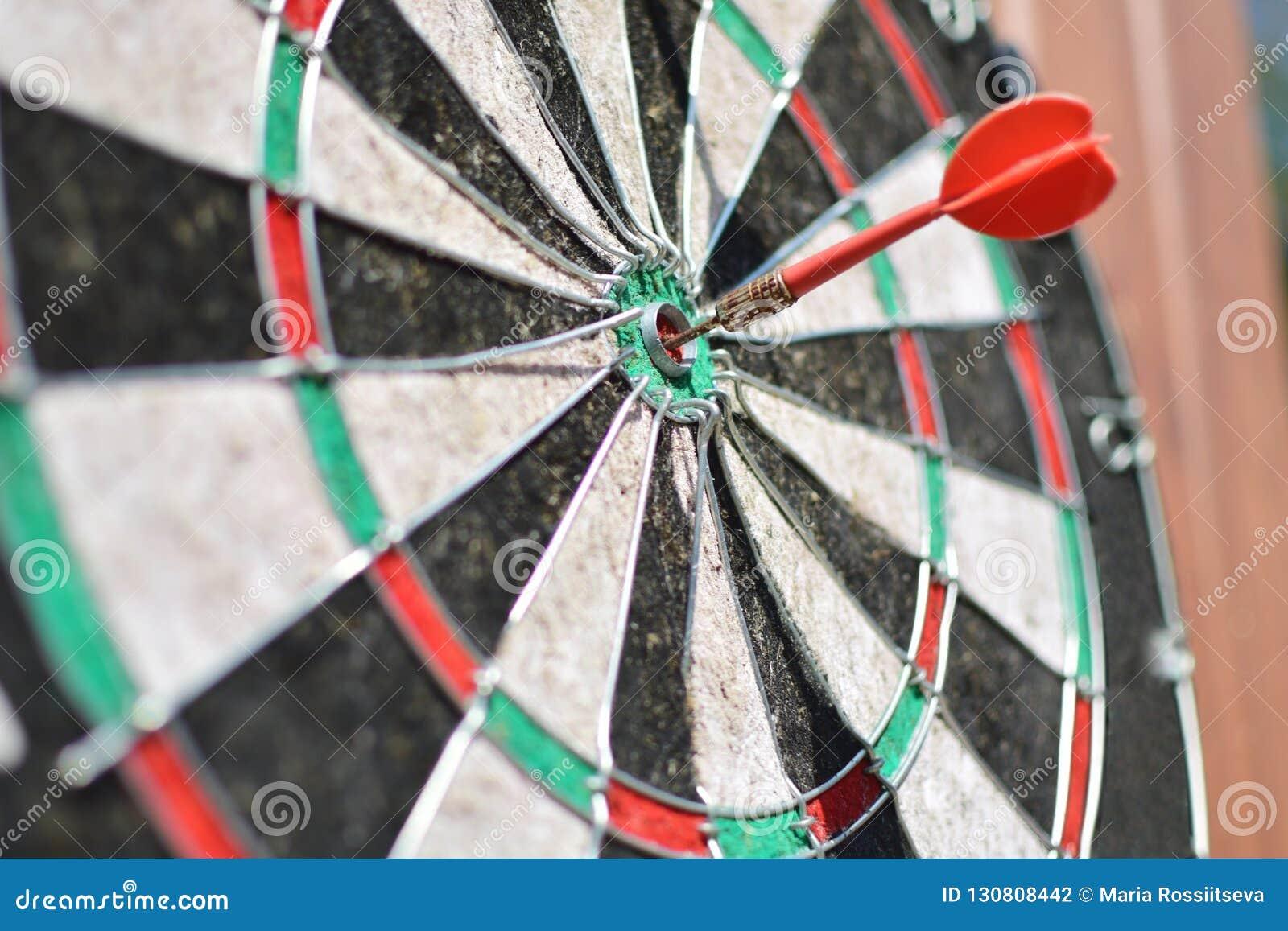 Stara strzałki deska z strzałą uderza cel