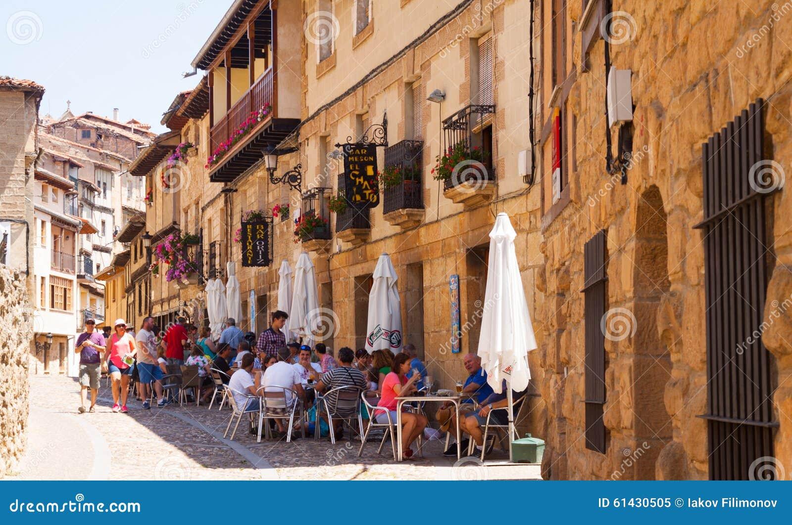 Stara wąska ulica z restorain w Frias Burgos