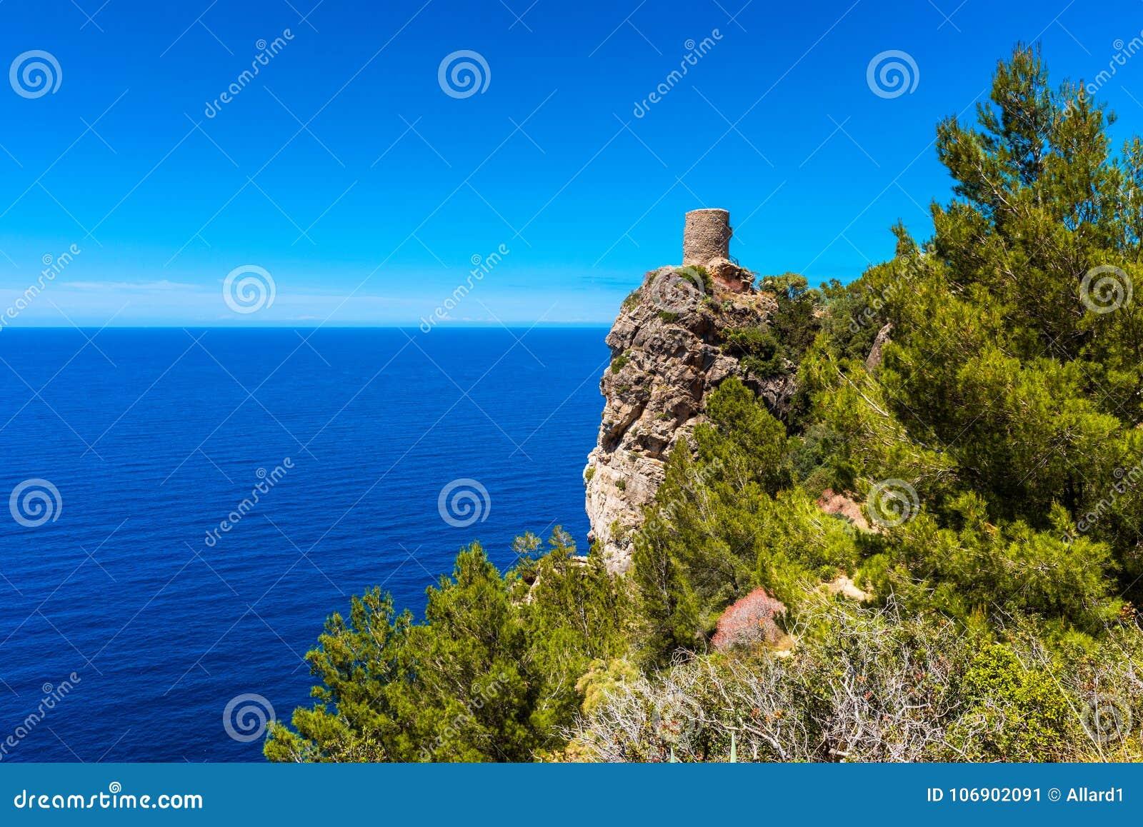 Stara wieża obserwacyjna wzdłuż wybrzeża Mallorca Hiszpania