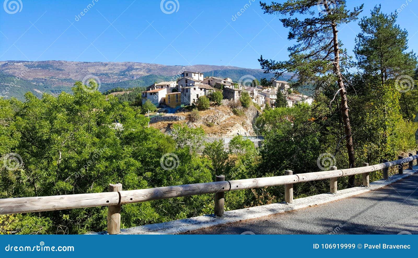 Stara wioska na wzgórzu w środkowym Francja