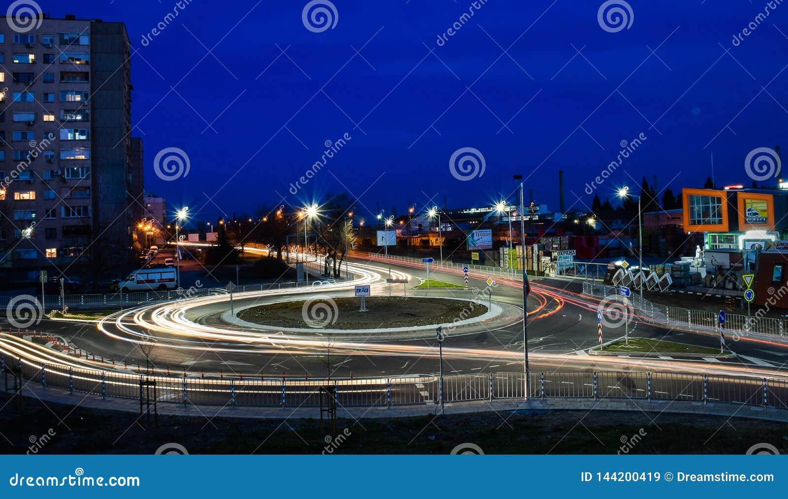 Stara Zagora, Bulgaria, movimiento espiral del  de Ð nuevo, 18:30 P.M., paisaje de la noche