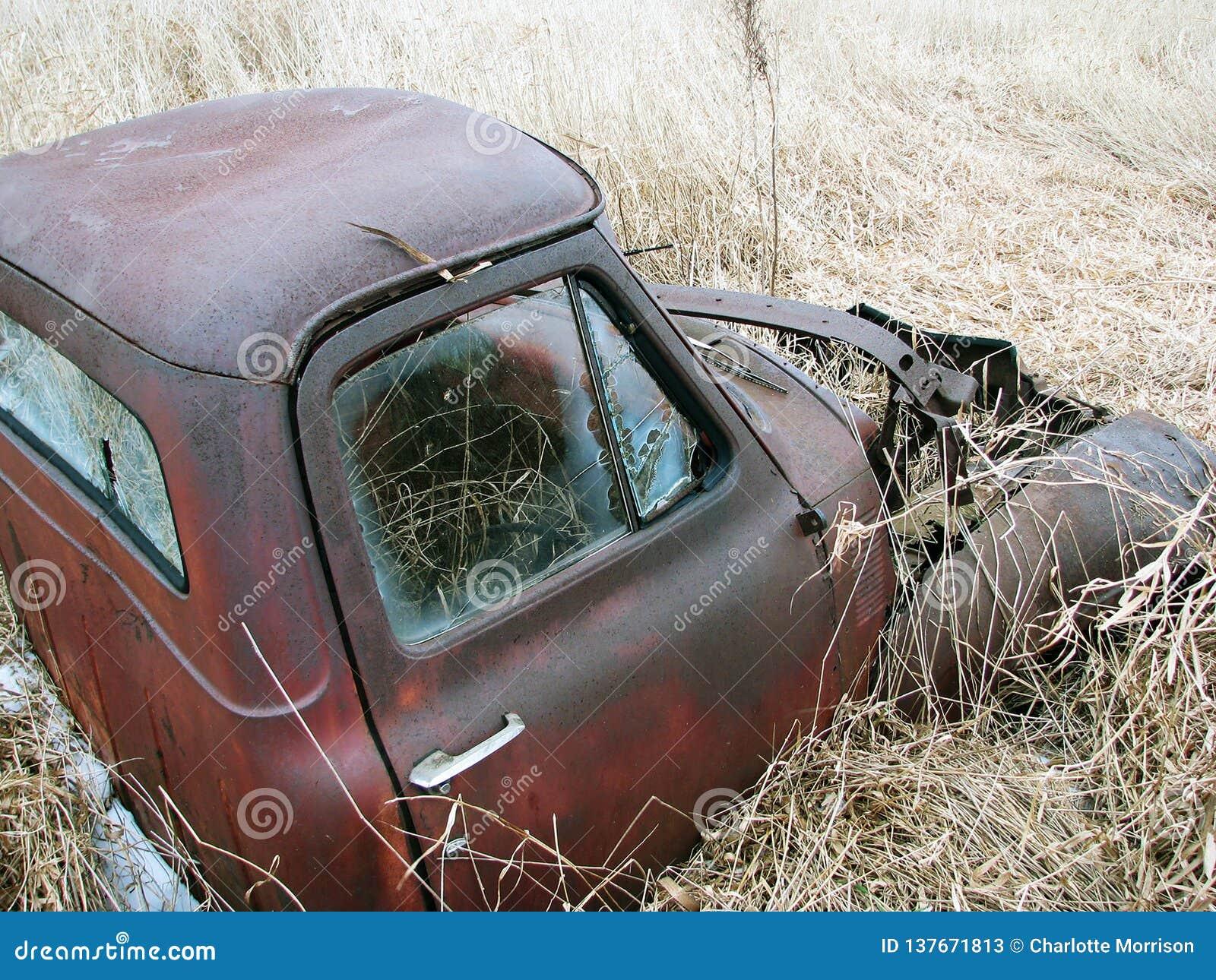 Stara Zaniechana Rdzewiejąca Mater ciężarówka