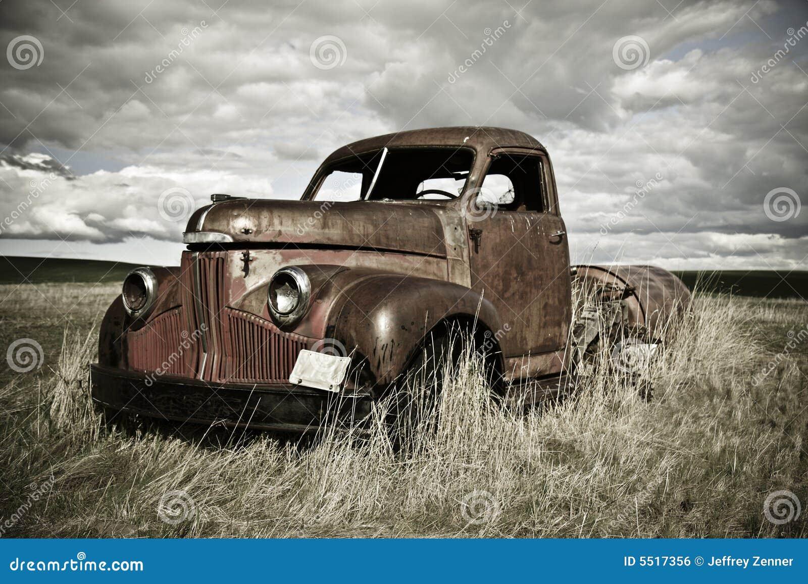 Stara zardzewiała ciężarówka.
