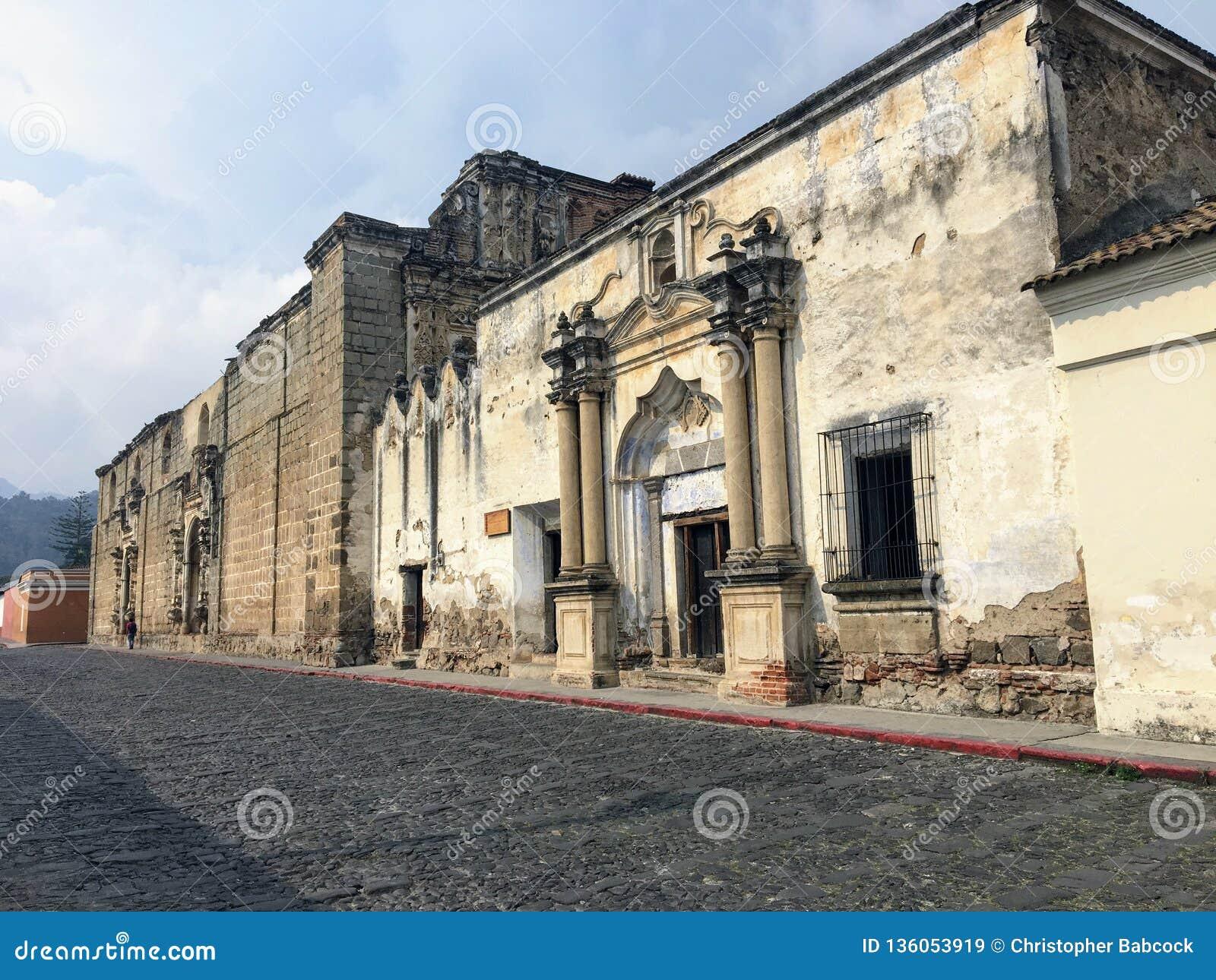 Stara, zbutwiała kolonialna architektura widzieć od brukować ulic piękny miasteczko Antigua Gwatemala, Gwatemala