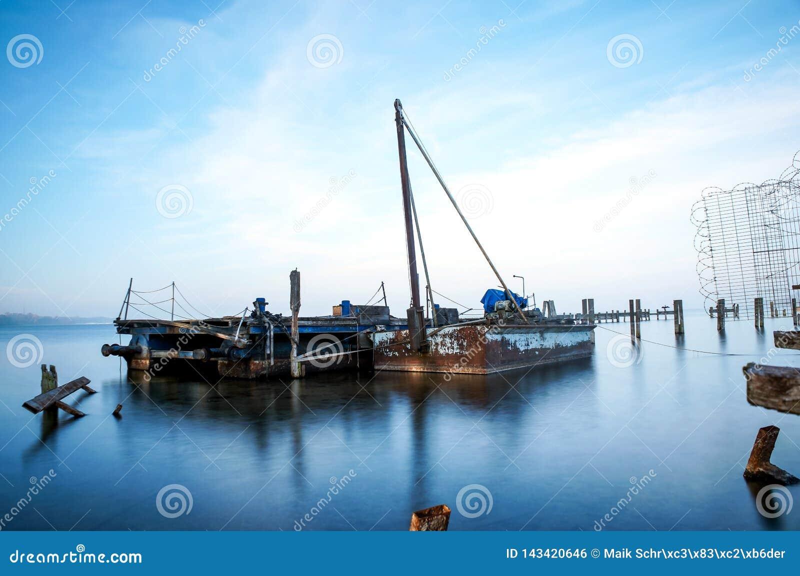 Stare łodzie na jeziorze