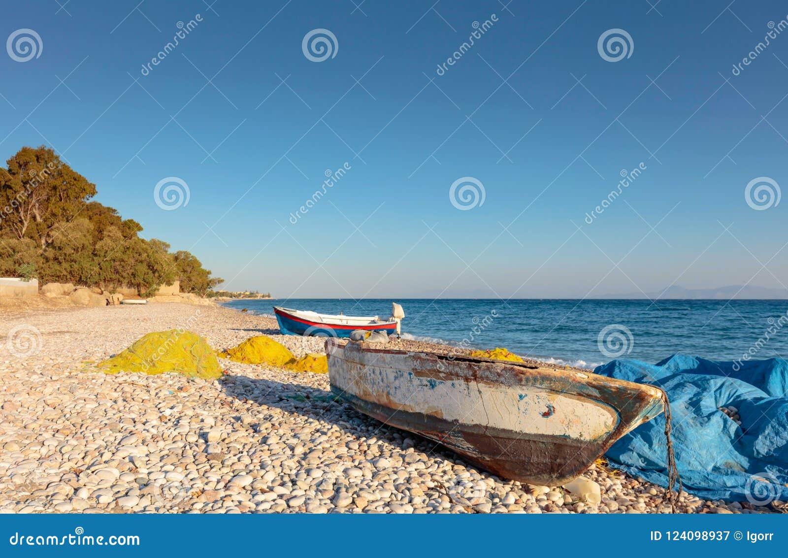 Stare łodzie rybackie na plaży morze śródziemnomorskie