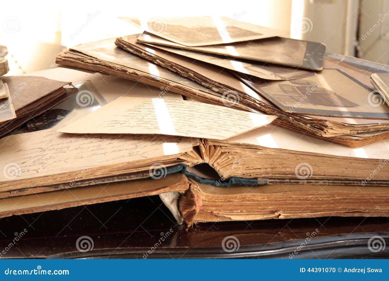 Stare książki, albumy i fotografie,