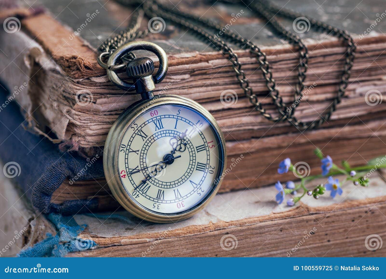 Stare książki i kieszeniowy zegarek