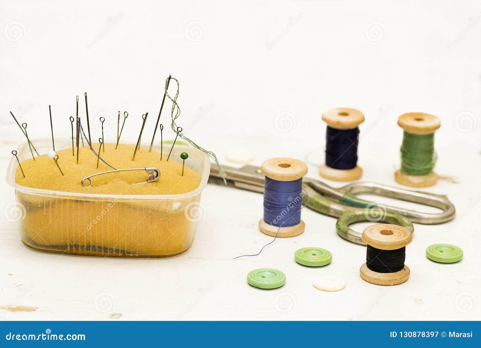 Stare ośniedziałe, metal igły, szpilki, nożyce i drewniane cewy th,