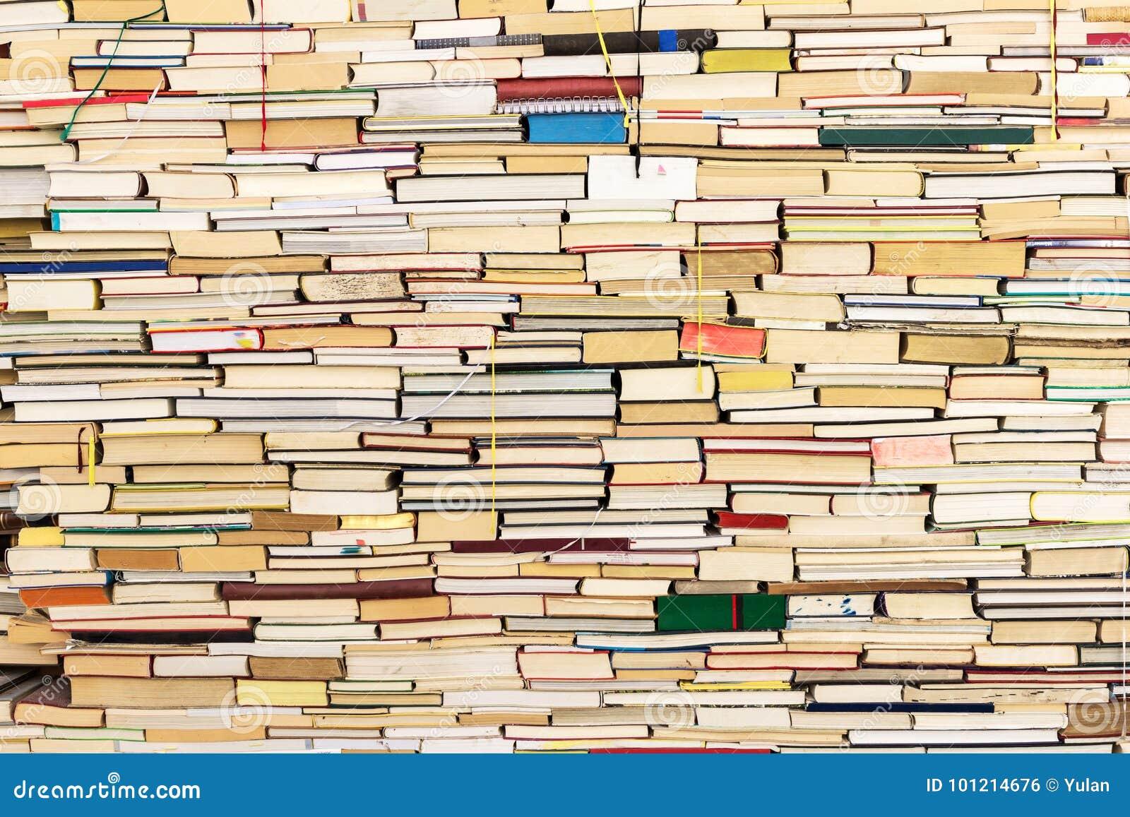 Stare stosu książek