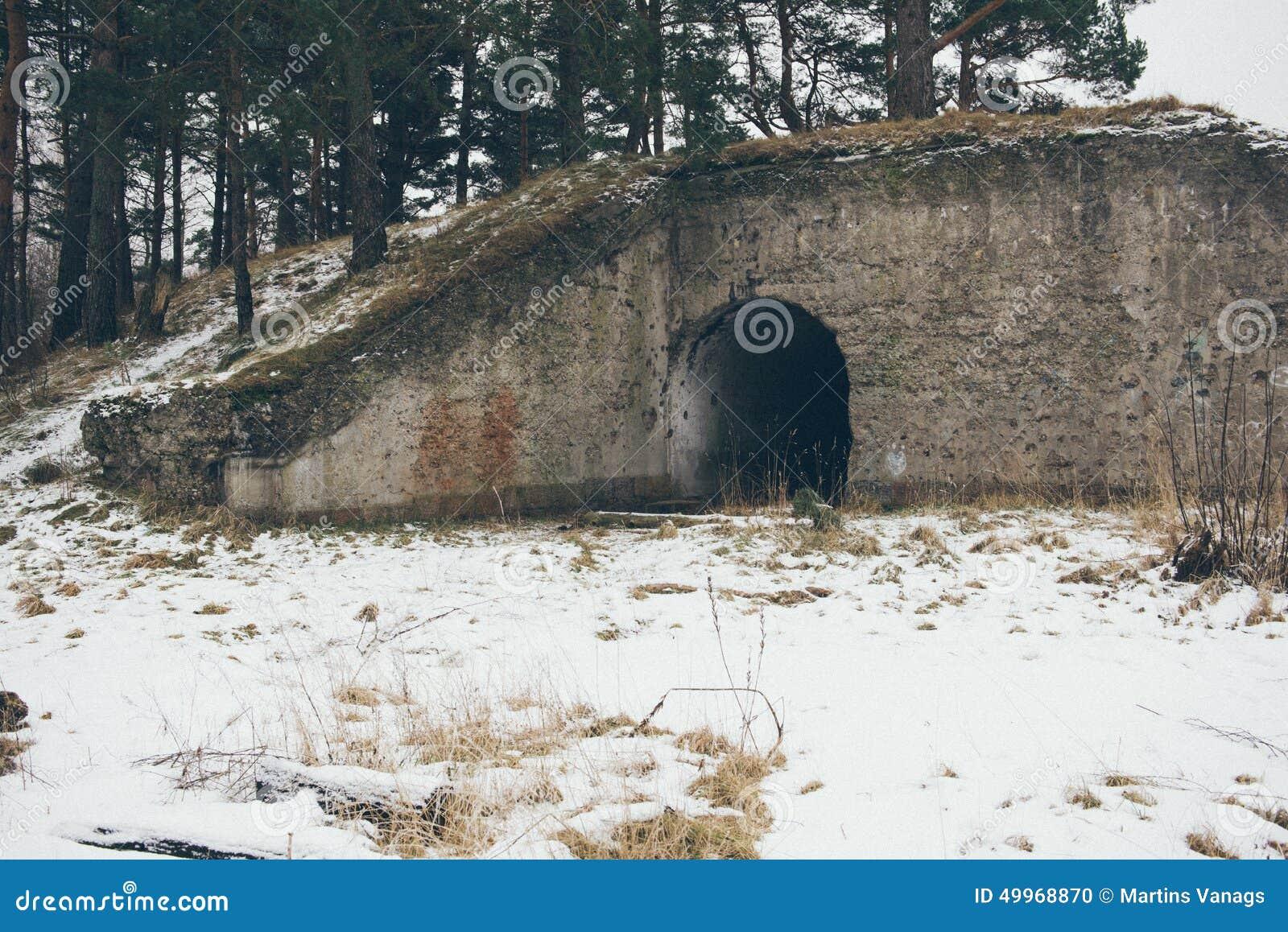Stare wojenne fort ruiny na plaża rocznika skutku
