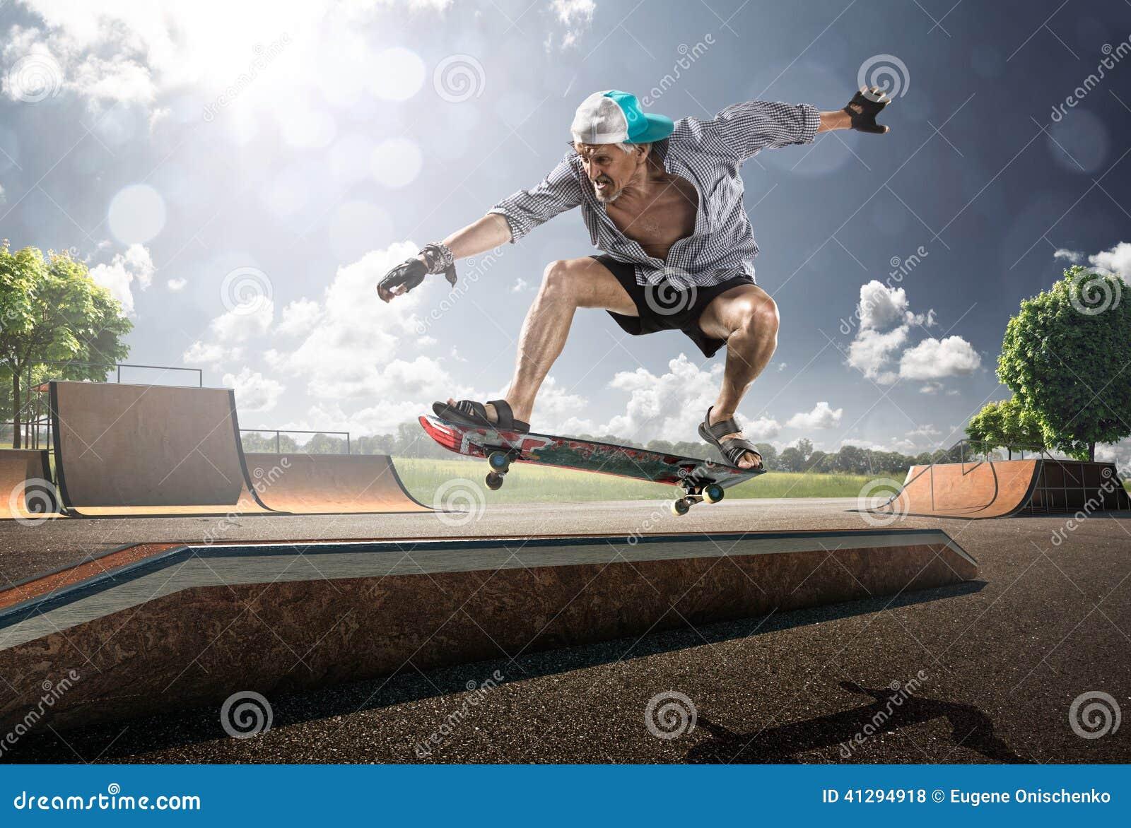 Starego Człowieka łyżwiarstwo w słonecznym dniu