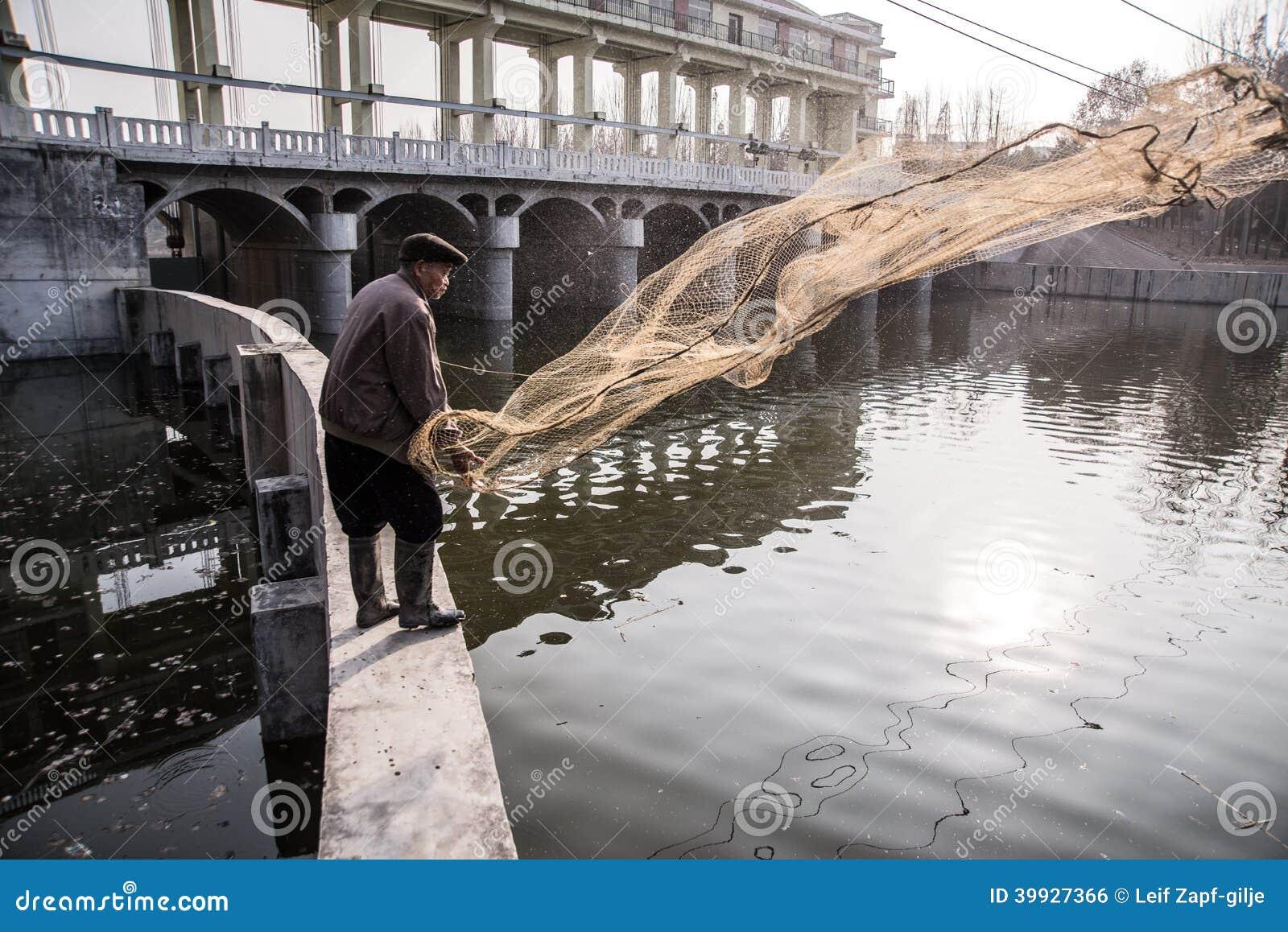 Starego człowieka połów na rzece